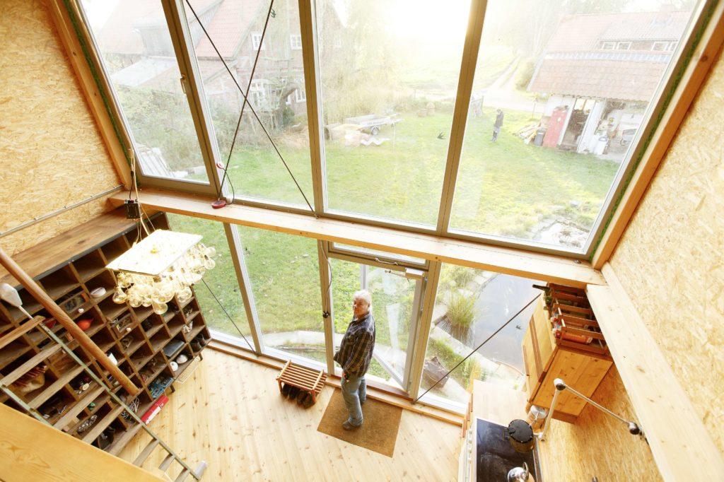 Blich von der Empore in den Innenraum des tiny home karussell von Axel Ewen